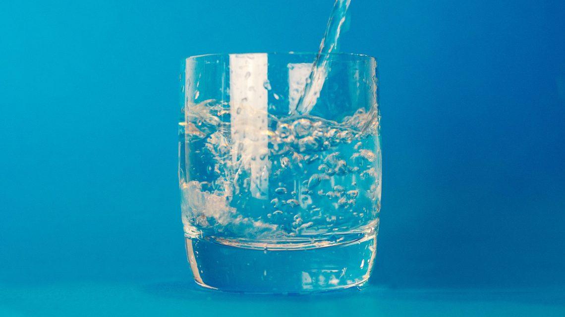 El agua con exceso de flúor es una de las causas de la fluorosis.