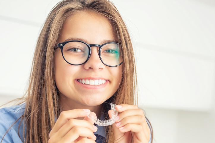ortodoncia y carillas o coronas dentales